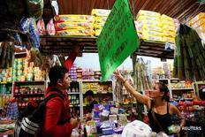 Imagen de archivo de unos clientes en un supermercado de Puerto Santander, Colombia. 3 junio 2016. Colombia registró una inflación de 1,02 por ciento en enero, un dato superior al esperado por el mercado, alentada por un repunte en los precios de los alimentos, las comunicaciones y la salud, informó el sábado el Gobierno. REUTERS/Carlos Garcpía Rawlins