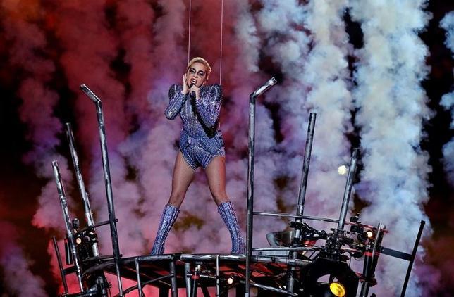 2月5日、米テキサス州ヒューストンで行われたナショナル・フットボールリーグ(NFL)王者決定戦「スーパーボウル」のハーフタイムショーに米歌手レディー・ガガが登場し、13分間のパフォーマンスを繰り広げた(2017年 ロイター/Matthew Emmons-USA TODAY Sports)