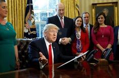 """Президент США Дональд Трамп высказывается перед подписанием указа, направленного на сокращение регулирования в банковской сфере (""""закона Додда-Фрранка). Вашингтон, 3 февраля 2017 года. Дональд Трамп распорядился пересмотреть банковские правила, принятые после финансового кризиса 2008 года. Этим недовольны демократы в Конгрессе, назвавшие предложение неоправданным и свидетельствующим о том, что президент США прямо поддерживает финансистов Уолл-стрит. REUTERS/Kevin Lamarque"""