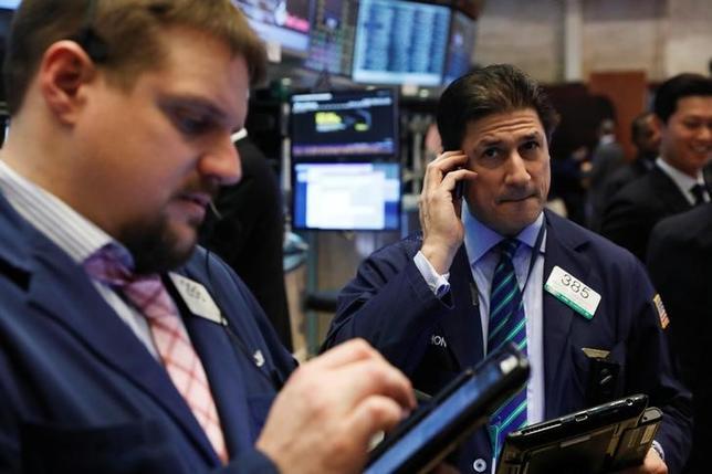 2月6日、米国株式市場は小幅反落。写真はNY証券取引所のトレーダー(2017年 ロイター/Lucas Jackson)