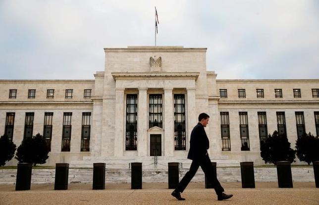 2月6日、米フィラデルフィア地区連銀のハーカー総裁は、3月の連邦公開市場委員会(FOMC)で利上げは選択肢にあるとの見方を示した。写真はワシントンのFRBのビル、2015年12月撮影(2017年 ロイター/Kevin Lamarque)