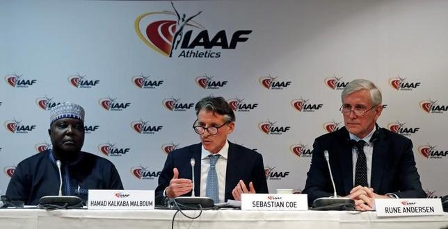 2月6日、国際陸上競技連盟(IAAF)は、国ぐるみのドーピングにより資格停止処分となっているロシア陸連について、11月まで処分を継続するべきとの見方を示した。写真中央はIAAFのセバスチャン・コー会長(2017年 ロイター/Eric Gaillard)