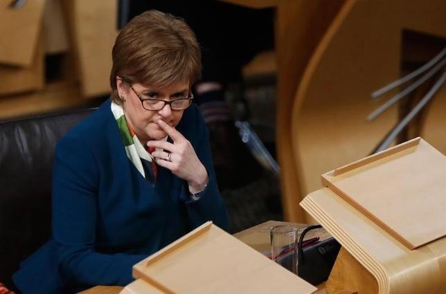 2月6日、スコットランド議会は7日、英国による欧州連合(EU)離脱手続きの開始を拒否する議案について、拘束力のない採決を行う方針。写真はEU離脱に関して国会で討論するスタージョン首相。エジンバラで1月撮影(2017年 ロイター/Russell Cheyne )