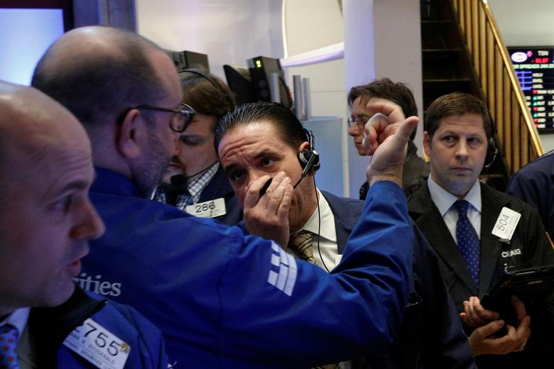 Traders work on the floor of the New York Stock Exchange (NYSE) in New York City, U.S., January 23, 2017.  REUTERS/Brendan McDermid