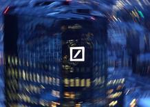 Le responsable de la banque d'investissement de Deutsche Bank, Jeffrey Urwin, négocie son départ et pourrait être remplacé à son poste par l'actuel directeur financier, Marcus Schenck, rapporte le Wall Street Journal. /Photo prise le 31 janvier 2017/REUTERS/Kai Pfaffenbach