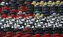 La producción industrial aumentó un 1,9 por ciento en términos desestacionalizados en 2016, según los datos del Instituto Nacional de Estadística (INE) publicados el miércoles. En la imagen de archivo, coches Ford en el puerto de Valencia, el 3 de abril de 2007. REUTERS/Victor Fraile