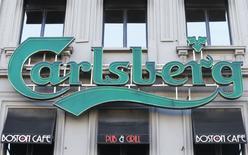 Le brasseur danois Carlsberg s'attend à une hausse de son bénéfice d'exploitation d'environ 5% en 2017 après avoir publié mercredi un bénéfice net légèrement supérieur aux attentes au titre de 2016. Le résultat net s'est élevé à 4,49 milliards de couronnes (604 millions d'euros). /Photo d'archives/REUTERS/Yves Herman