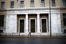 Le siège de la Banque centrale grecque, à Athènes. La banque centrale grecque conteste le point de vue du Fonds monétaire international (FMI) qui estime que les banques du pays ont besoin d'un matelas de fonds propres de 10 milliards d'euros pour couvrir tout nouveaux besoins de sauvetage dans le secteur. /Photo prise le 8 novembre 2016/REUTERS/Alkis Konstantinidis
