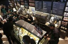 Personas comprando en una cafetería de Starbucks en Bogotá, jul 16, 2014. Las ventas de los comerciantes minoristas en Colombia sufrieron un fuerte enfriamiento en enero frente al mes anterior, impactadas por el aumento del impuesto sobre el consumo, mayores deudas de las personas y el alza en las tarifas de los servicios públicos, reveló el miércoles el principal gremio del sector.  REUTERS/John Vizcaino