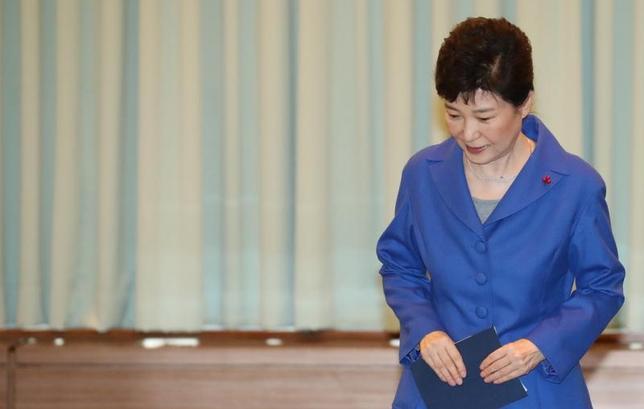 2月9日、韓国の朴槿恵大統領(写真)を巡る疑惑などを調べる特別検察の報道官は9日、大統領側の弁護士から、予定されていた朴氏に対する聴取を拒否すると伝えられたことを明らかにした。ソウルで昨年12月撮影(2017年 ロイター)