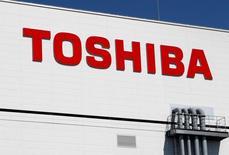 Toshiba Corp recibió ofertas entre 200.000 millones de yenes y 400.000 millones de yenes (1.800 a 3.600 millones de dólares) por una participación de 19,9 por ciento de su negocio de memorias flash, dijo a Reuters el jueves una persona involucrada directamente con las negociaciones. En la imagen, un logo de Toshiba en una fábrica en Yokkaichi, Japón, el 9 de septiembre de 2014.  REUTERS/Reiji Murai/File Photo