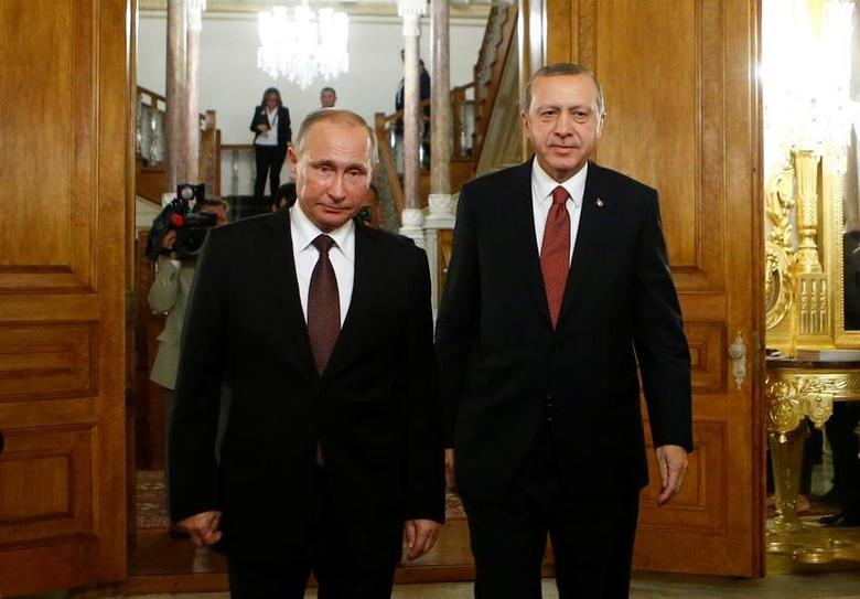 Russian President Vladimir Putin and his Turkish counterpart Tayyip Erdogan arrive for a joint news conference following their meeting in Istanbul, Turkey, October 10, 2016. REUTERS/Osman Orsal