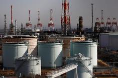 НПЗ JX Nippon Oil & Energy Corp в Иокогаме. Цены на нефть выросли на торгах в четверг благодаря снижению запасов бензина в США, но дальнейший рост сдержал сохраняющийся избыток предложения на рынке. REUTERS/Kim Kyung-Hoon