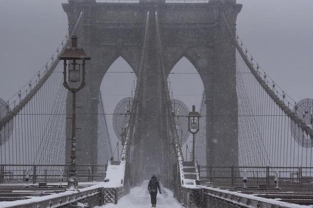 2月9日、米北東部が猛吹雪に見舞われ、少なくとも2人が死亡した。写真はニューヨークで撮影(2017年 ロイター/Stephanie Keith)