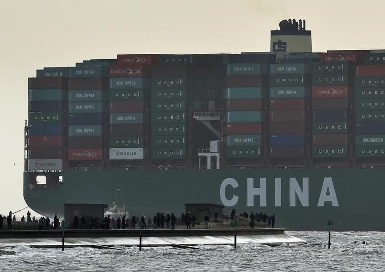 FILE PHOTO -  Onlookers watch from a harbour wall as the largest container ship in world, CSCL Globe, docks during its maiden voyage, at the port of Felixstowe in south east England, January 7, 2015.  REUTERS/Toby Melville/File Photo