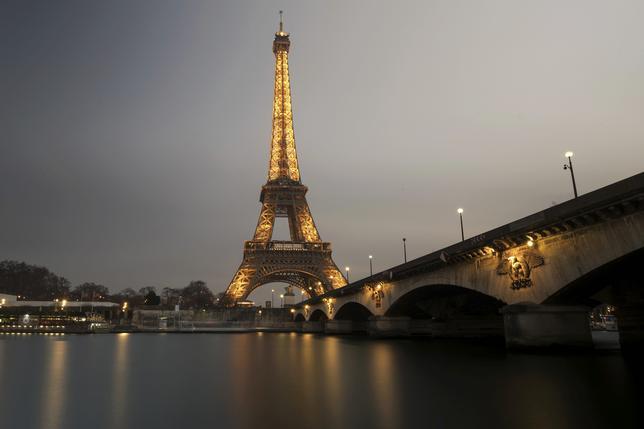 2月9日、パリの観光名所であるエッフェル塔について、テロ対策として土台部分を囲む高さ2.5メートルの防弾ガラスの壁を設置する計画が検討されていることが市長筋によって明らかになった。写真は先月17日撮影(2017年 ロイター/Philippe Wojazer)