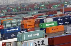 Los containers se ven en la terminal del Puerto Newark cerca de la ciudad de Nueva York, Estados Unidos. 2 de julio 2009.Los precios de las importaciones en Estados Unidos subieron en enero más que lo previsto por mayores incrementos en el costo de los productos energéticos, pero la fortaleza del dólar siguió conteniendo a la inflación subyacente de las importaciones.REUTERS/Mike Segar    (UNITED STATES) - RTR25JGV