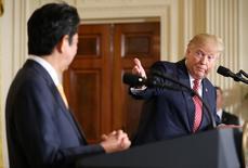 """El primer ministro japonés, Shinzo Abe (Izquierda), mira al presidente de Estados Unidos, Donald Trump, durante una rueda de prensa conjunta en la Casa Blanca en Washington. 10 de febrero 2017. El primer ministro de Japón, Shinzo Abe, dijo el viernes que discutirá con el presidente de Estados Unidos temas comerciales y económicos en un almuerzo, y se mostró """"optimista"""" respecto a que el diálogo dará buenos resultados. REUTERS/Joshua Roberts"""