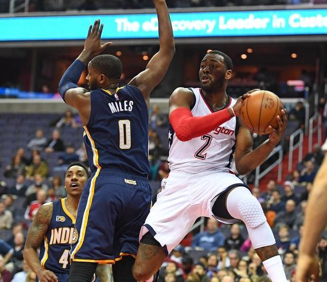 2月10日、NBAのウィザーズはペーサーズを112─107で下した。司令塔ジョン・ウォール(右)が26得点、14アシストをマーク(2017年 ロイター/Brad Mills-USA TODAY Sports)