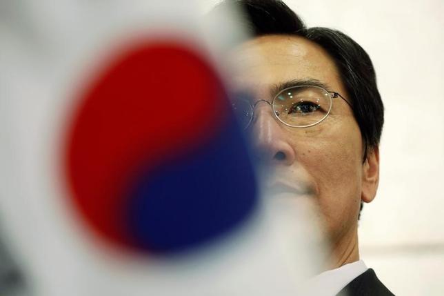 2月12日、韓国最大野党「共に民主党」から次期大統領選出馬を目指す忠清南道の安熙正知事の支持率が、国連の潘基文前事務総長が1月に不出馬を表明して以降、急上昇している。写真は韓国ソウルで8日撮影(2017年 ロイター/Kim Hong-Ji)