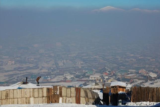 2月7日、モンゴルの首都ウランバートルは、世界で大気汚染が最もひどい場所の1つである。ウランバートル郊外で1月撮影(2017年 ロイター/Rentsendorj Bazarsukh)