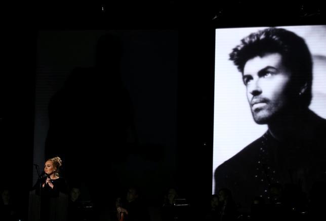 2月12日、ロサンゼルスで開催された第59回グラミー賞授賞式で、昨年死去したプリンスさんとジョージ・マイケルさんを追悼する演奏が行われた。写真はマイケルさんの「ファストラブ」を歌うアデル(2017年 ロイター/Lucy Nicholson)