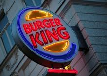 Логотип Burger King в Вене. Компания Restaurant Brands International Inc, владеющая Burger King и Tim Hortons, отчиталась о большей, чем ожидалось, квартальной прибыли, чему способствовали превысившие прогнозы сопоставимые продажи в ее сети ресторанов быстрого питания, а также сокращение расходов.  REUTERS/Leonhard Foeger - RTX2HDG8