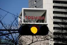 Toshiba annoncera mardi pour la première fois qu'il pourrait ne pas être en mesure de poursuivre son activité, reconnaissant l'issue incertaine de sa stratégie de redressement face aux pertes massives sur le nucléaire. /Photo prise le 27 janvier 2017/REUTERS/Toru Hanai