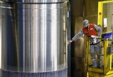 La production industrielle a baissé de 1,6% en décembre par rapport à novembre, accusant son plus fort repli depuis plus de quatre ans, d'après les données d'Eurostat, l'agence de statistiques de l'Union européenne. /Photo prise le 11 janvier 2017/REUTERS/Robert Pratta