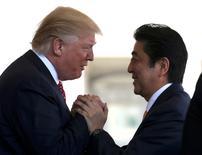 El primer ministro japonés, Shinzo Abe, dijo el martes que acordó con Donald Trump permitir a sus respectivos encargados de finanzas discutir asuntos de divisas, en una señal de que el presidente de Estados Unidos podría estar dispuesto a moderar la afirmación de que el país asiático manipula su moneda para obtener una ventaja comercial. En la imagen, Abe (derecha) saluda a Trump antes de una rueda de prensa conjunta en la Casa Blanca, en Washington, 10 de febrero de 2017.  REUTERS/Joshua Roberts     TPX IMAGES OF THE DAY