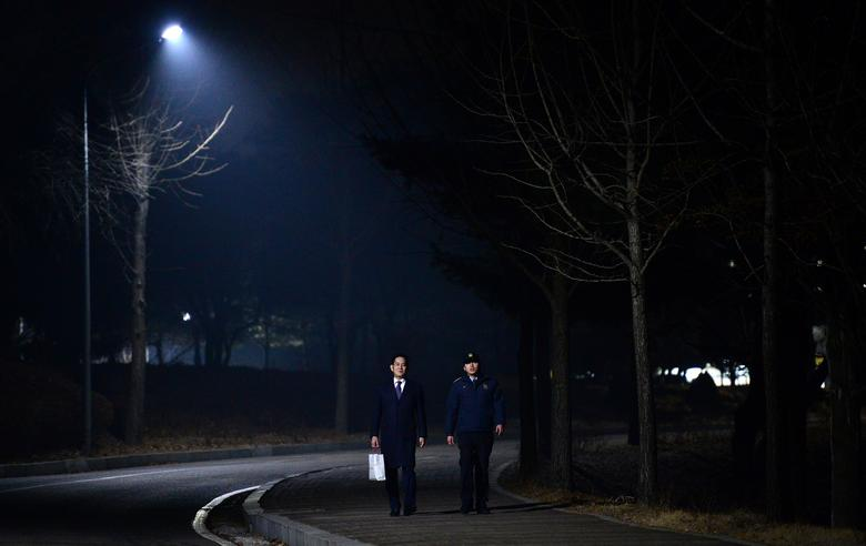 Samsung Group chief, Jay Y. Lee (L), walks with a staff as he leaves the Seoul Detention Centre in Uiwang, South Korea, January 19, 2017.    Park Ji-hye/News1 via REUTERS/Files