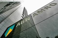 ABN Amro a annoncé mercredi un bénéfice net de 333 millions d'euros au titre du quatrième trimestre, un résultat meilleur que prévu qui reflète le dynamisme de la croissance aux Pays-Bas. /Photo d'archives/REUTERS/Koen van Weel
