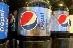 PepsiCo a publié mercredi un bénéfice trimestriel supérieur aux attentes à la suite d'une réduction de ses coûts et d'une hausse de la demande pour ses boissons et ses aliments allégés en calories en Amérique du Nord. /Photo d'archives/REUTERS/Shannon Stapleton
