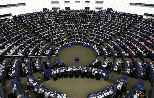 2月15日、欧州議会は、欧州連合(EU)とカナダが締結した包括的経済・貿易協定(CETA)について、賛成408票、反対254票の賛成多数で承認した。写真は投票に参加する欧州議会のメンバー。ストラスブールで撮影(2017年 ロイター/Vincent Kessler)