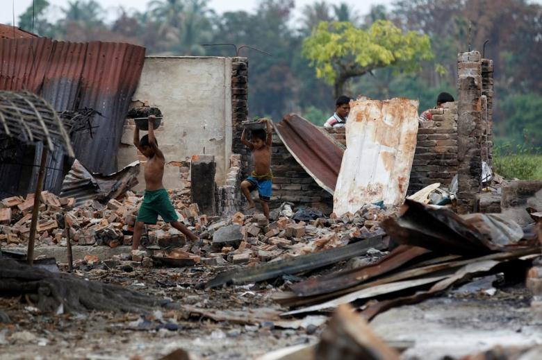 Children recycle goods from the ruins of a market which was set on fire at a Rohingya village outside Maugndaw in Rakhine state, Myanmar, October 27, 2016. Picture taken October 27, 2016.  REUTERS/Soe Zeya Tun -