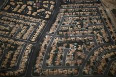 Un barrio residencial es visto desde el aire en Las Vegas, Nevada, Estados Unidos. 1 de noviembre 2012. La deuda de los hogares de Estados Unidos llegó a casi un máximo histórico en el cuatro trimestre, a 12,58 billones de dólares, debido a que el crédito estuvo más disponible para hipotecas y préstamos para estudiantes y para comprar automóviles, mostró el jueves un informe del Banco de la Reserva Federal de Nueva York.     REUTERS/Jason Reed
