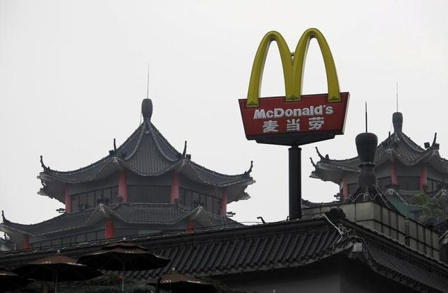 2月16日、北京を拠点とする経営コンサルタント会社ヘジュン・バンガード・グループが、米ファストフード大手マクドナルドの中国事業売却計画について、労働者や消費者に弊害を及ぼす可能性があるとして中国政府の商務部に調査を要請したことが、このほど明らかになった。写真のマクドナルド・ロゴは中国・深センで2013年3月撮影(2017年 ロイター/Bobby Yip)