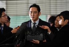 Вице-президент Samsung Group Ли Джэён/ Вице-президент Samsung Group Ли Джэён был арестован в пятницу утром по подозрению в коррупции; скандал уже пошатнул высшие эшелоны власти в Южной Корее, став очередным ударом для крупнейшей страны-производителя смартфонов и карт памяти.  REUTERS/Jung Yeon-Je/Pool