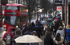 Oxford Street, une avenue commerçante à Londres. Les ventes au détail ont fléchi de manière inattendue en janvier, après leur recul de 2,1% de décembre, les consommateurs réduisant leurs dépenses en raison de la hausse des prix. /Photo d'archives/REUTERS/Neil Hall