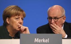 La canciller y líder del partido conservador CDU habla con líder de los legisladores conservadores, Volker Kauder, en una reunión del partido en Essen, Alemania. 7 de diciembre 2016. Si el presidente de Estados Unidos, Donald Trump, impone aranceles punitivos sobre los bienes de otros países, Europa probablemente hará lo mismo, dijo un importante aliado de la canciller alemana, Angela Merkel, en una entrevista con un medio local.    REUTERS/Kai Pfaffenbach - RTSV0MB