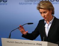 وزيرة الدفاع الألمانية أورسولا فون دير ليين في مؤتمر صحفي في ميونيخ يوم الجمعة. تصوير: مايكل دالدر - رويترز