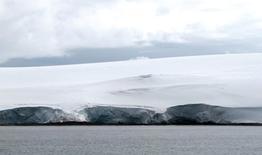 En la imagen, grietas en el glaciar Fourcade cerca de la base argentina Carlini en la Antártica, 12 de enero de 2017. La extensión de hielo marino ártico y antártico el mes pasado fue la menor en los registros para enero, dijo el viernes la Organización Meteorológica Mundial (OMM), mientras que la concentración de dióxido de carbono en la atmósfera alcanzó un récord. REUTERS/Nicolas Misculin