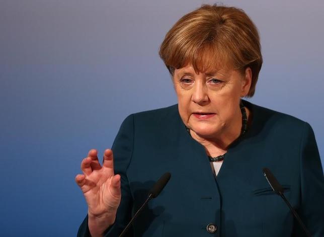 2月18日、ドイツのメルケル首相は、ユーロ相場はドイツには低過ぎるとの考えを示唆した上で、金融政策はECBの専管事項であり、独政府に対処する権限はないとの認識を示した。ミュンヘンの安全保障会議で撮影(2017年 ロイター/Michael Dalder)