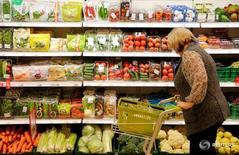 Женщина в супермаркете Виктория в Москве. 20 октября 2016 года. Минэкономразвития пересмотрело оценку инфляции в РФ за февраль 2017 года в сторону снижения до 4,6-4,8 процента в годовом выражении и до 0,2-0,4 процента - в месячном, следует из мониторинга министерства. REUTERS/Maxim Zmeyev