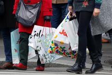 Les prix à la consommation ont bien diminué de 0,2% en janvier en France après leur hausse de 0,3% en décembre, une baisse liée à l'effet des soldes d'hiver, indique mardi l'Insee, confirmant l'estimation provisoire publiée le 31 janvier. /Photo prise le 23 décembre 2016/REUTERS/Charles Platiau
