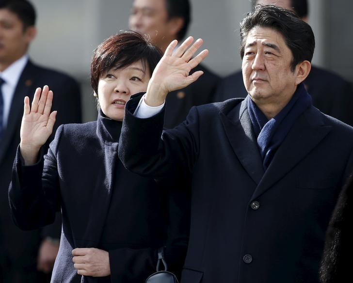 Japan's Prime Minister Shinzo Abe (R) and his wife Akie wave as they see Emperor Akihito and Empress Michiko off at Tokyo's Haneda Airport, Japan, January 26, 2016. REUTERS/Toru Hanai/Files