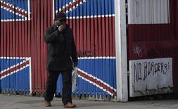 L'économie britannique a conservé une dynamique solide au quatrième trimestre, continuant ainsi de défier les pronostics sur les conséquences du vote pour la sortie du Royaume-Uni de l'Union européenne. /Photo prise le 17 février 2017/REUTERS/Toby Melville