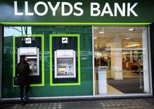 Отделение банка Lloyds в центре Лондона. 25 февраля 2016 года. Банковская группа Lloyds Banking Group отчиталась о максимально высокой годовой прибыли за последнее десятилетие, сигнализировав о полном восстановлении после финансового кризиса. REUTERS/Paul Hackett/File Photo