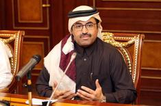 El ministro de Energía de Qatar, Mohammed al-Sada, gesticula mientras habla con los medios de comunicación en Doha, Qatar. 8 de febrero 2017. Todavía es demasiado pronto para determinar si los productores de petróleo extenderán su recorte de producción cuando los miembros de la OPEP se reúnan en mayo, dijo el miércoles el ministro de Energía de Qatar. REUTERS/Naseem Zeitoon