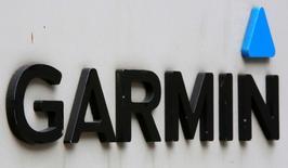 Garmin, à suivre à Wall Street. Le fabricant de GPS a publié des résultats trimestriels meilleurs que prévu, et sa prévision de chiffre d'affaires pour 2017, à 3,02 milliards de dollars, est également supérieure au consensus qui était à 2,97 milliards. L'action gagne 5,3% à 53,10 dollars dans les échanges d'avant-Bourse. /Photo d'archives/REUTERS/Jim Young